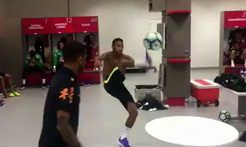 Neymar improvises a game of WexFoot ™ with Marcelo, Silva and Alvés